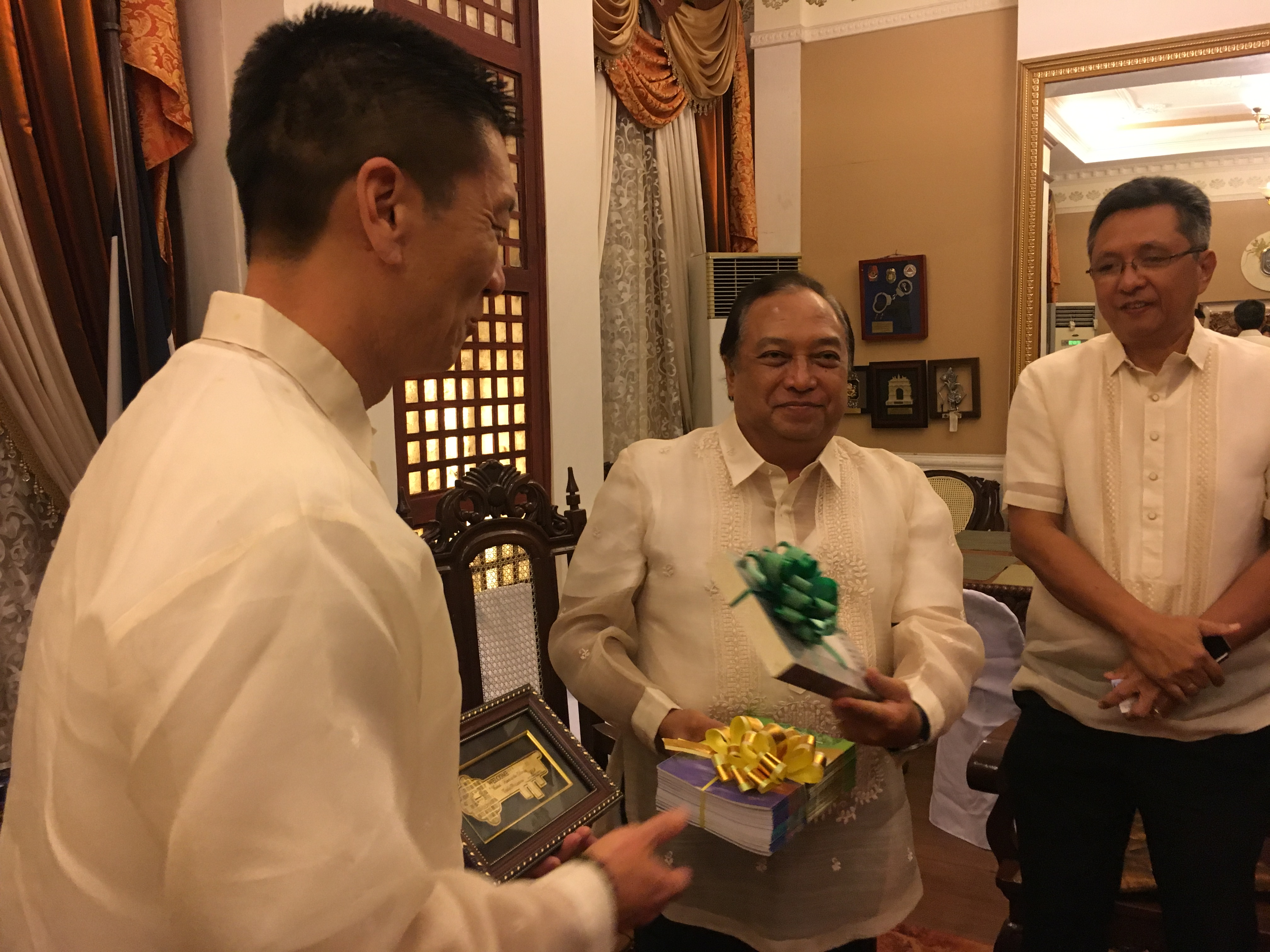Lt. Gov Chin exchanging gifts with Governor Edgar Chatto
